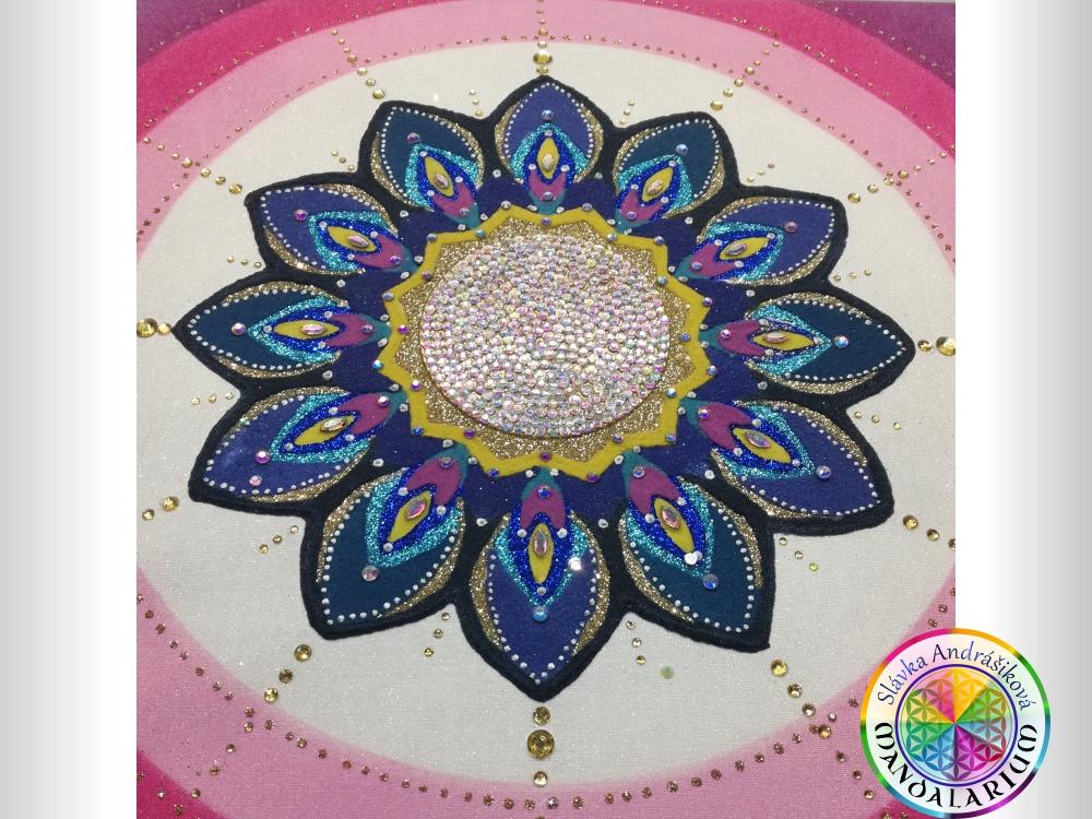 kvetinková mandala kvetu piesková perleťová s gorálkami pávie oká